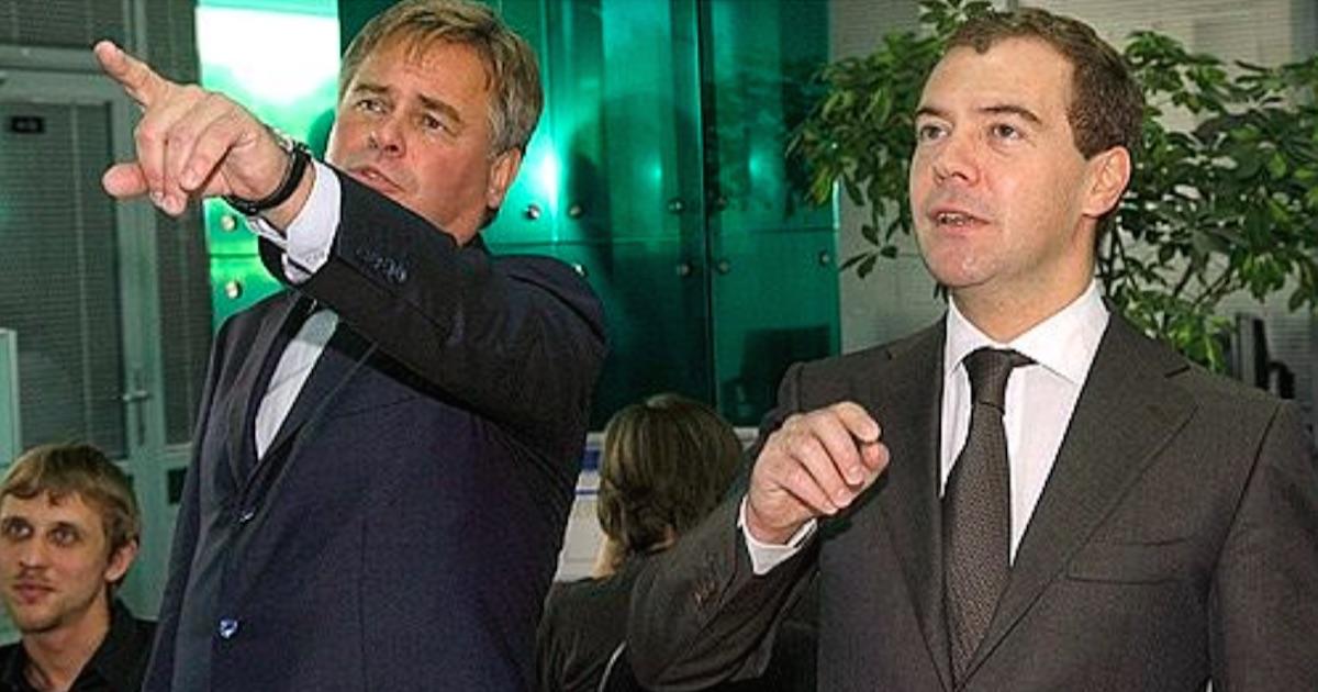 Евгений Касперский (слева) проводит экскурсию по офису своей «Лаборатории Касперского» в 2009 году. Фото: kremlin.ru