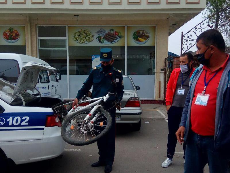 """Согласно решению специальной комиссии по борьбе с коронавирусом, которое нигде не опубликовано, созданы специальные наблюдательные посты в каждой махалле, в Ташкенте развернуто более 60 блокпостов. Перекрыты 75 второстепенных дорог. Кроме того, теперь сотрудники милиции, нацгвардии и СЭН, имеют право изымать велосипеды, самокаты и скутеры, если гражданин не доказал обоснованность своего выезда на улицу. Фактически вводится презумпция виновности, а правозащитникам предлагают замолчать во имя всеобщего блага.  Видимо, легитимизировать эти ограничения сложнее, чем заставить молчать общество. Официальные СМИ и """"блогеры"""" обходят эту проблему стороной, а недовольство народа выливается в социальных сетях."""