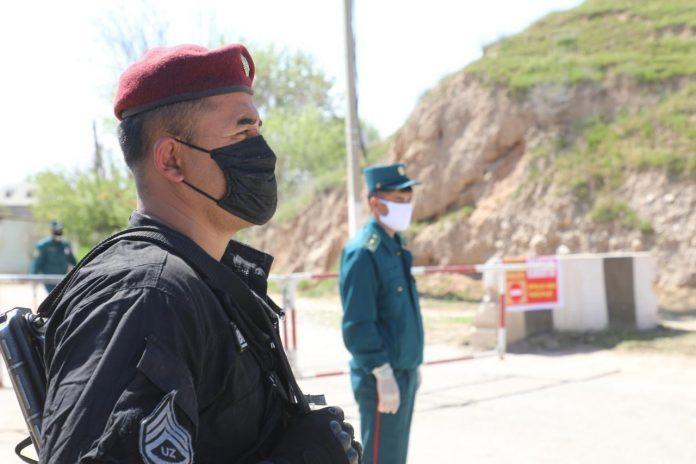 Боец национальной гвардии на блок-посту по время карантина в Узбекистане