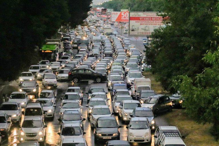 В Узбекистане отменят стикеры на автомобили. Карантинные ограничения будут постепенно сняты