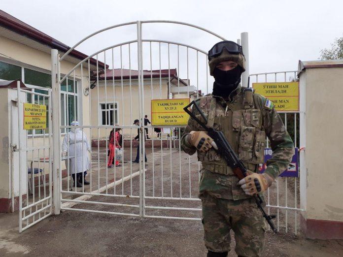 Карантинные зоны в Узбекистане охраняют военные. Также, военные присутствуют на блок-постах, контролирующих передвижение транспорта. Как регламентируется использование войск, без объявления режима чрезвычайной ситуации, власти не поясняют.