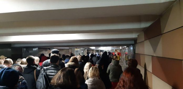 «Избегайте скопления людей». В первый день пропускного режима в метро Москвы возникли огромные очереди.