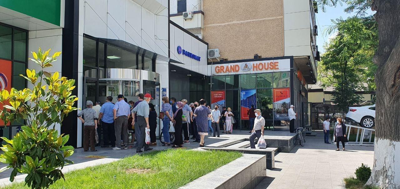 Пенсионеры в очереди в Халк банк за обналичиванием пенсии в Ташкенте. Фото Никита Макаренко