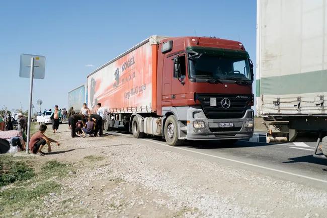 На российско-казахстанской границе застряли тысячи мигрантов из Узбекистана. Оставшись без работы в России, они хотели уехать домой через Казахстан, но там ужесточили ограничения из-за ухудшения ситуации с коронавирусом. И мигранты оказались в чистом поле в 37-градусную жару — без еды, воды и денег.