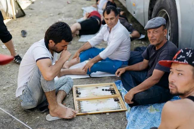 Лагерь узбекистанцев на границе России и Казахстана / фото: Артем Голяков