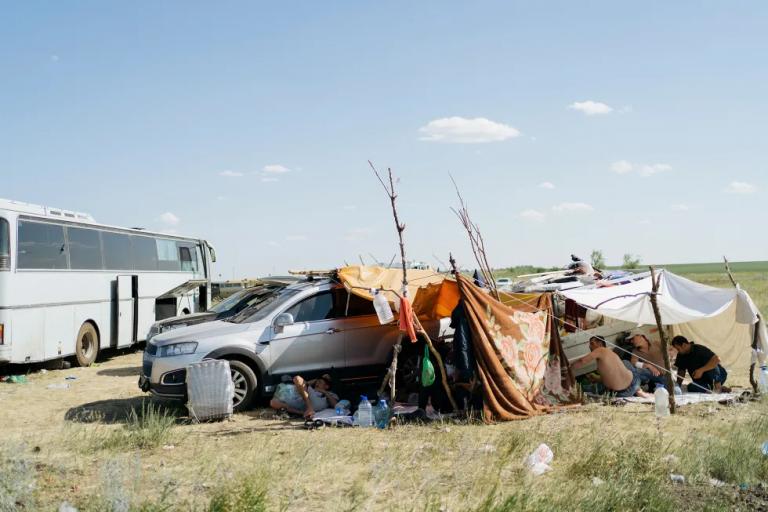 Как тысячи мигрантов из Узбекистана застряли в поле в Самарской области